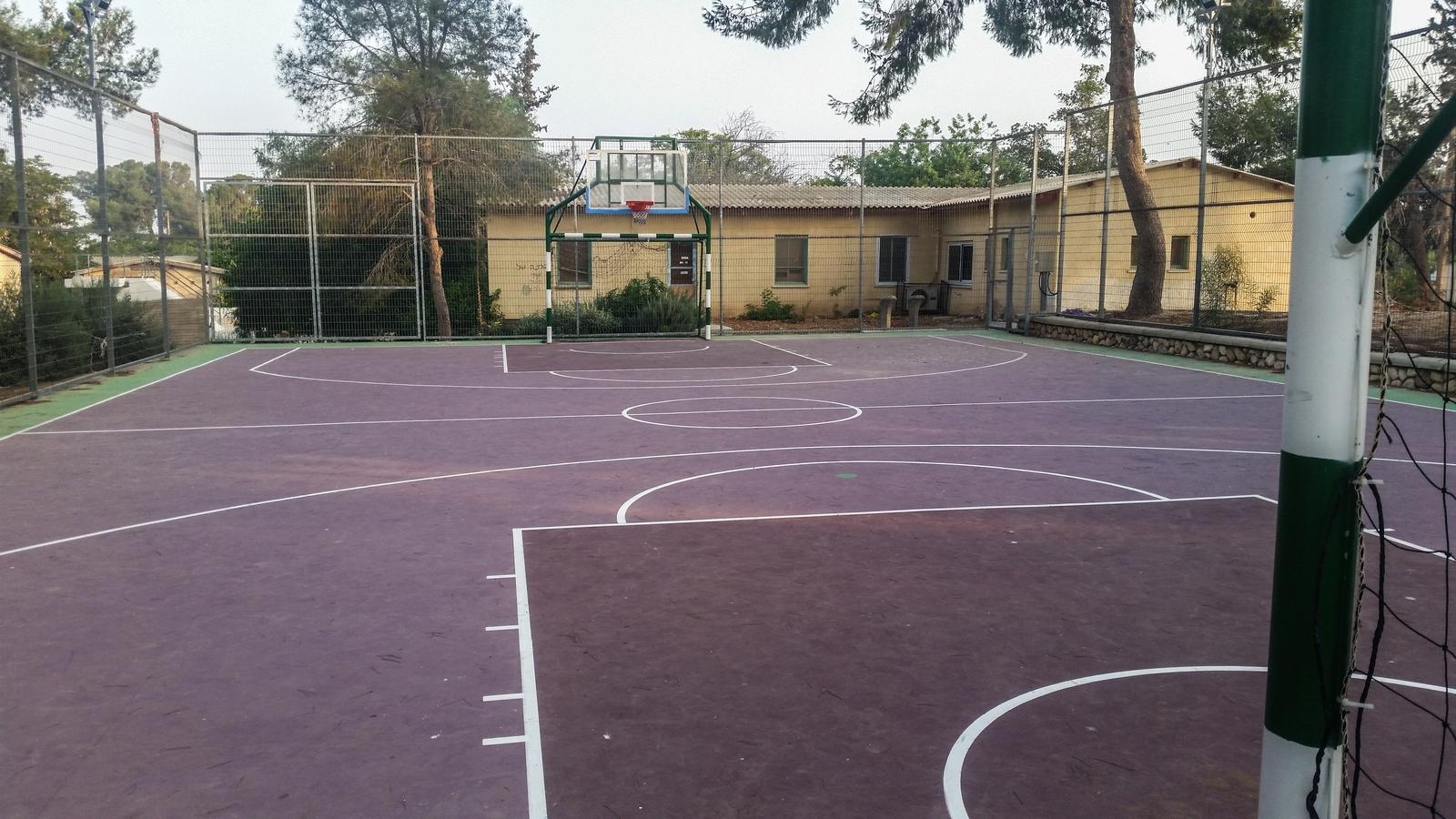 Баскетбольная площадка в кибуце Ревивим