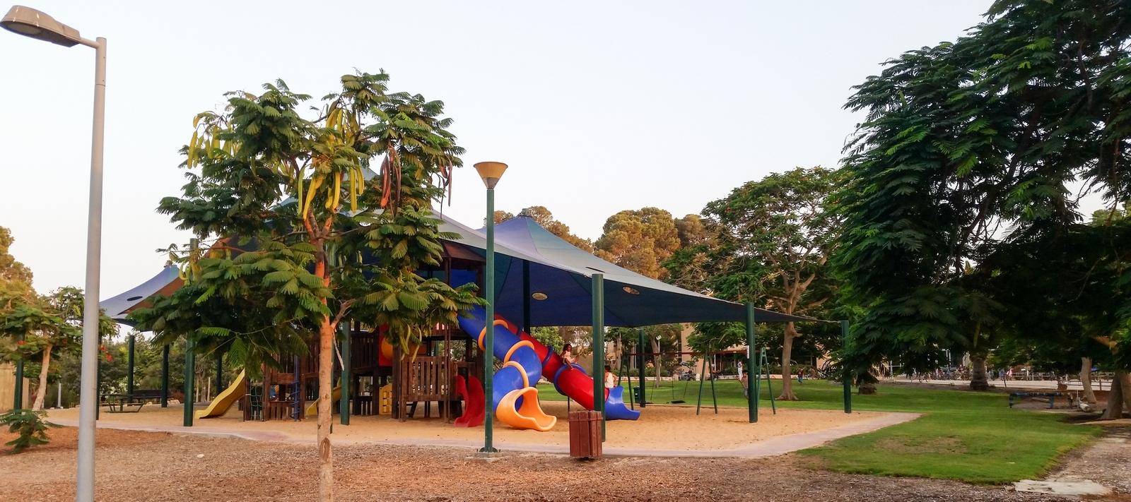 Детская площадка в центре кибуца Ревивим вечером