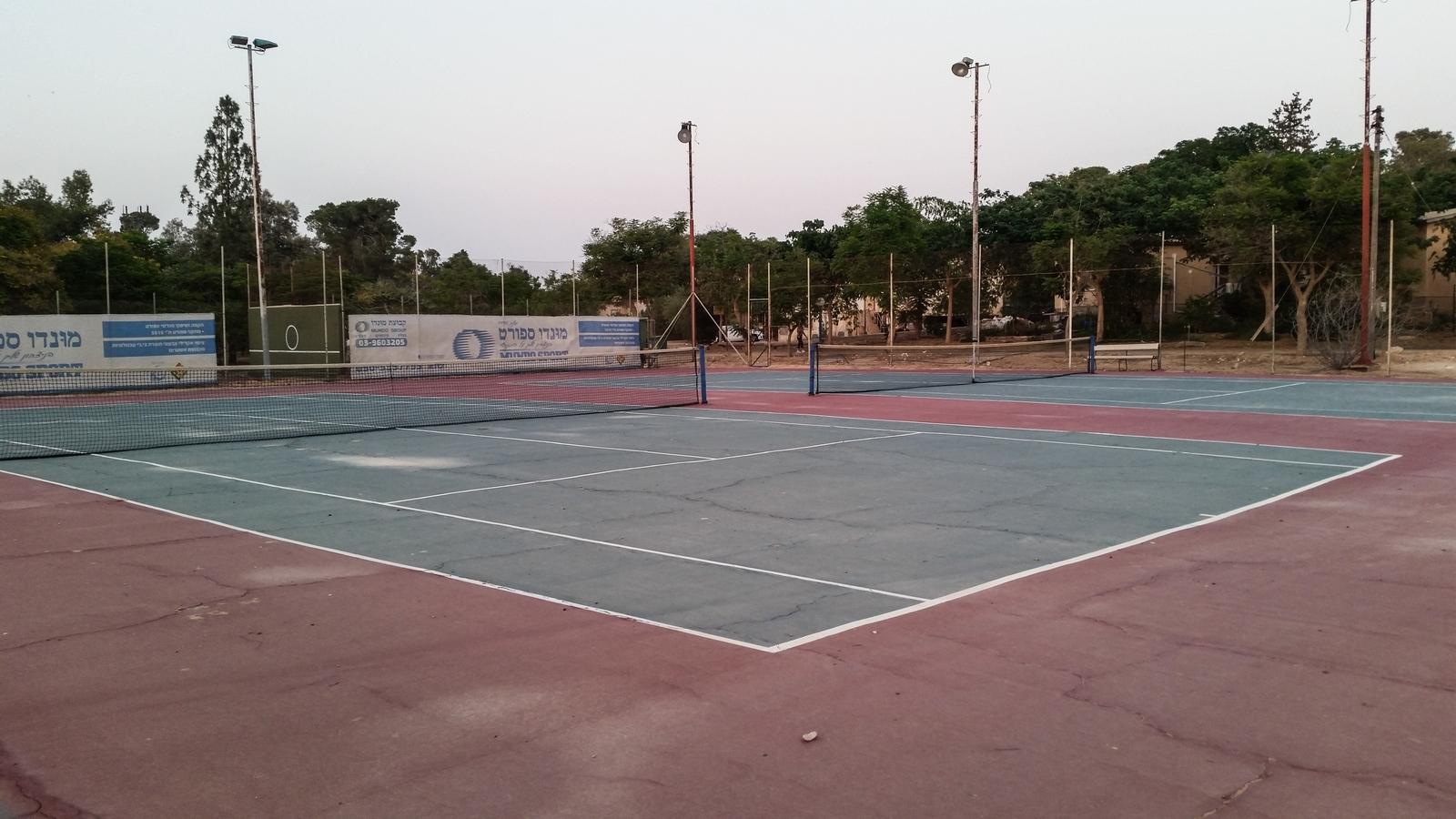 Теннисные корты в кибуце Ревивим