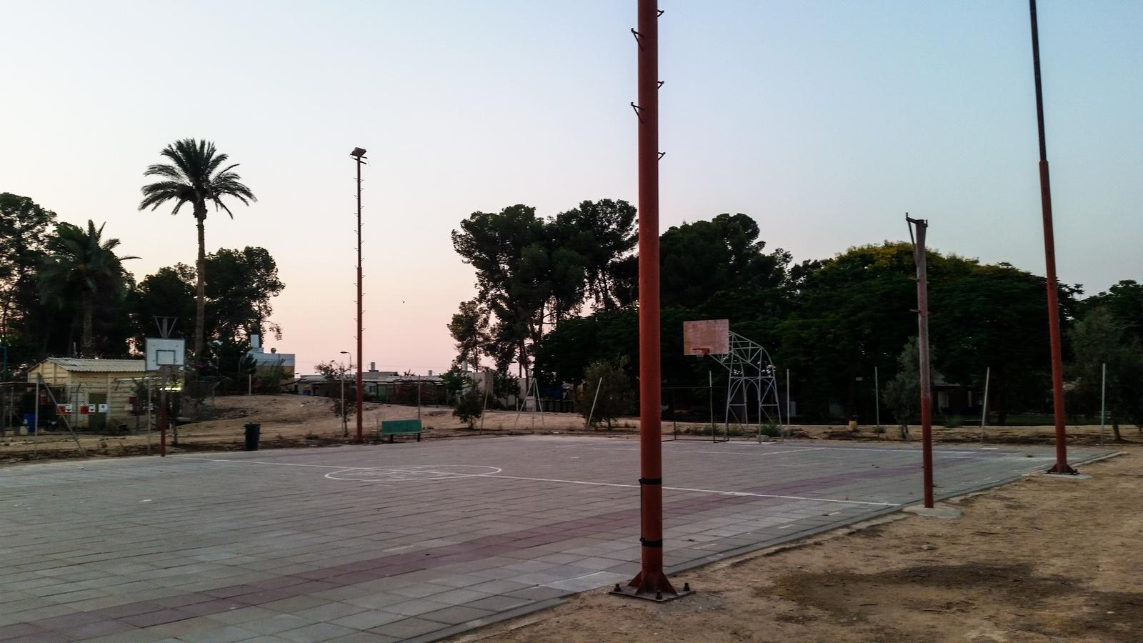 Баскетбольная площадка для взрослых в кибуце Ревивим